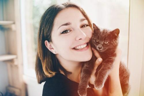 飼って幸せになった飼い主と猫のツーショット