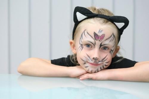 猫のメイクをした女の子