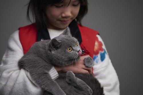 猫を抱っこする少女