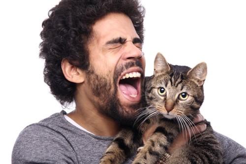 大きな声で猫に話す男性