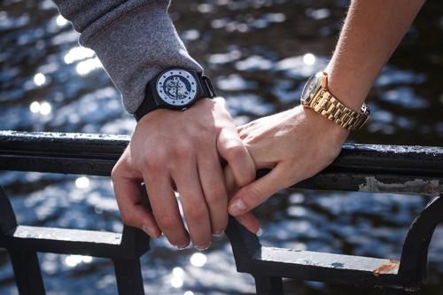 腕時計を付けた2つの手