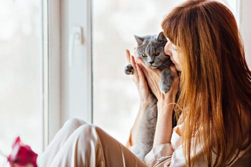 去勢手術を行う前の猫と飼い主