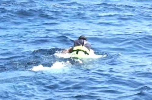 泳ぐ海兵隊員
