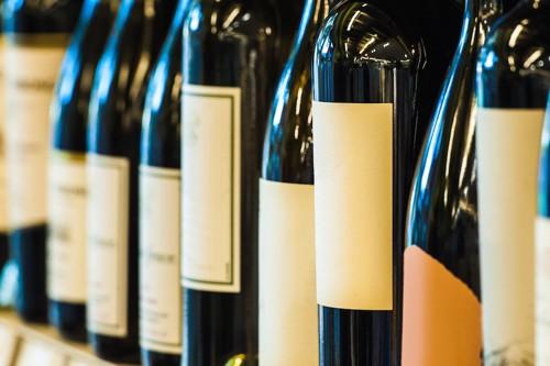 並んでいるたくさんのワイン