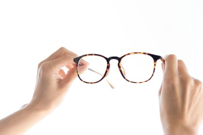 メガネを持つ手