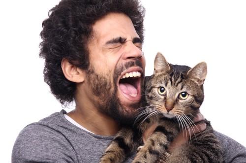 猫に向かって叫ぶ男性