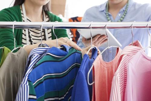 洋服を選ぶ二人の女性