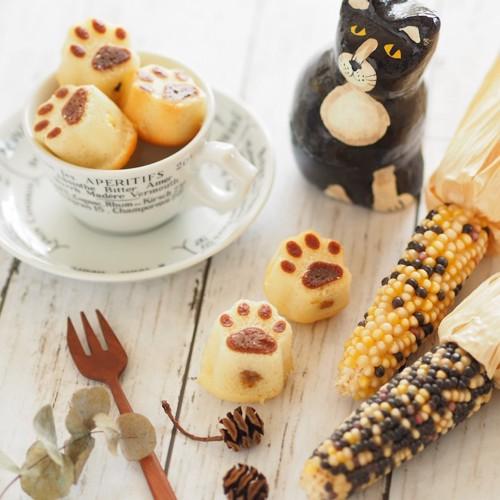 肉球の形のお菓子と猫の置物