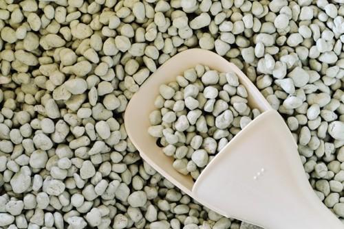 猫砂とスコップ
