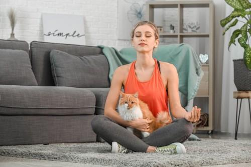 瞑想する女性と猫