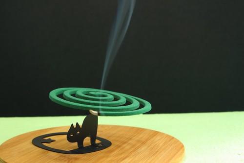 猫の形をした蚊遣りの蚊取り線香