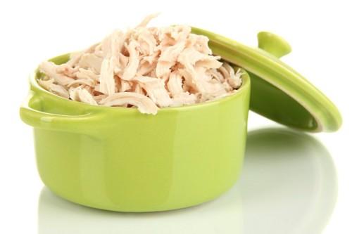緑の容器と茹でた鶏肉