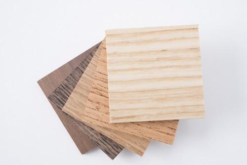 数種類の重なった木板