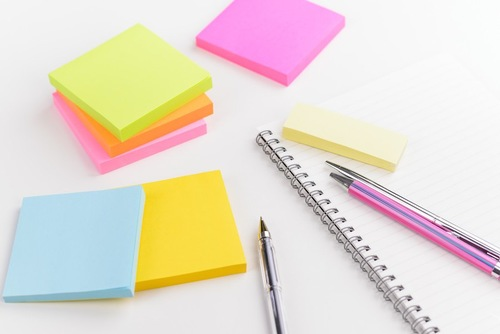 様々な種類の付箋とノート