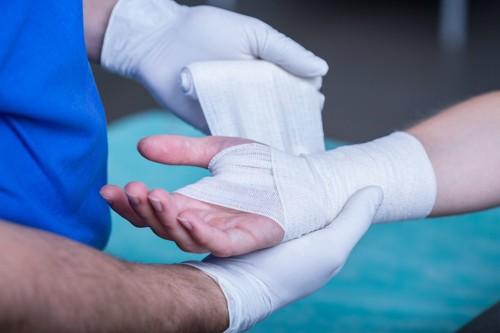 病院で手に包帯を巻かれている人