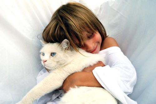 猫を抱き締める少女