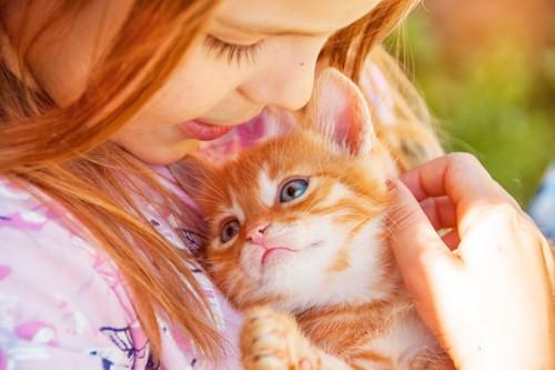 大切に抱っこされる子猫