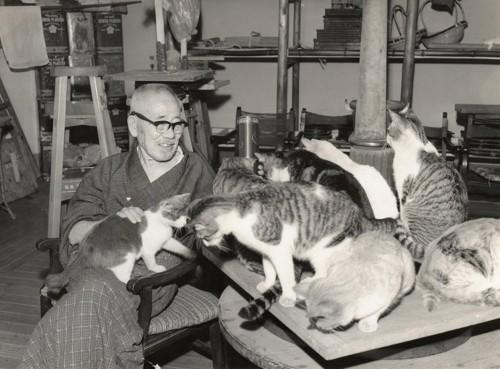 猫に囲まれる朝倉文夫