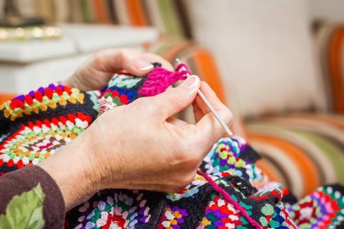 鍵編みをする人の手