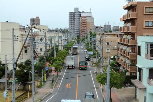 道路に車が走る町の風景