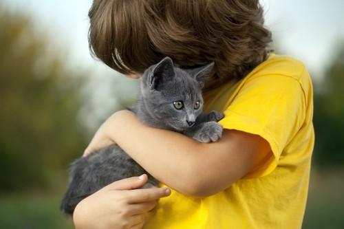 子猫を抱く子供