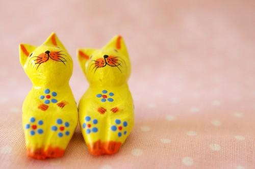 黄色い猫の置物