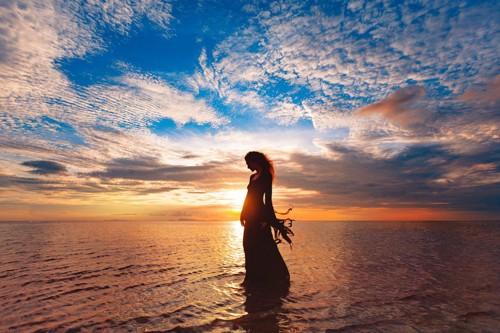 海辺に居る女性