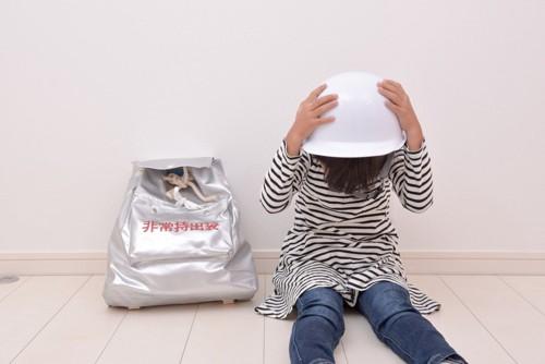 避難訓練をする少女