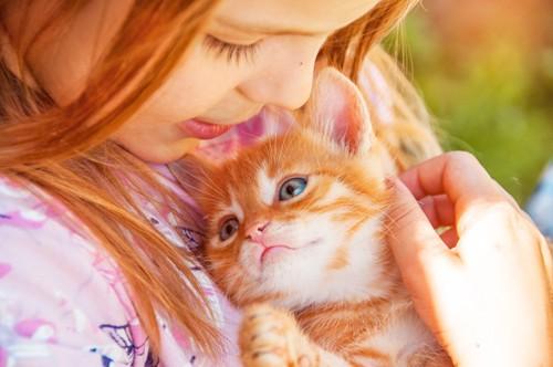 子猫を抱きしめる女の子