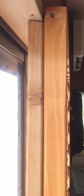 窓際の横から写っている柱