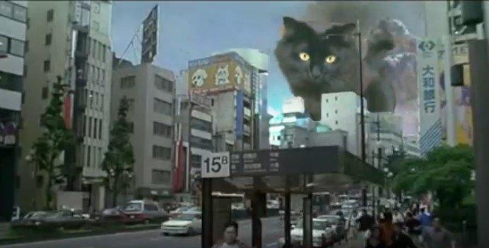 ビルの谷間に出現した巨大アウル・キティ