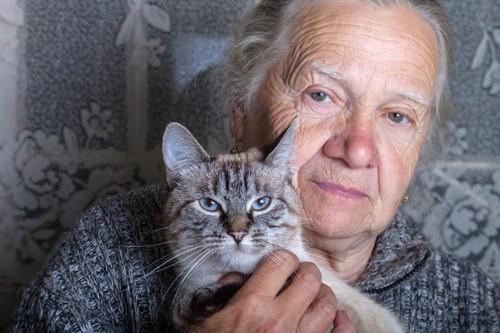 老齢の女性と猫