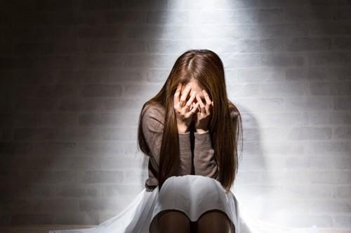 深い悲しみを抱えた女性