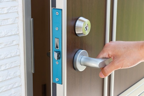 玄関のドアを開ける人の手