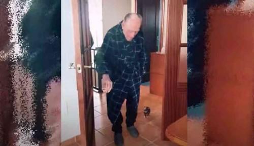 歩行器を使って歩く男性