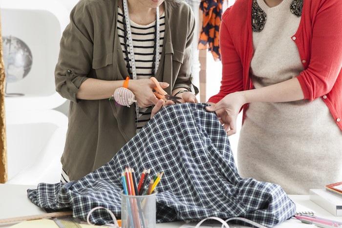 裁縫する二人