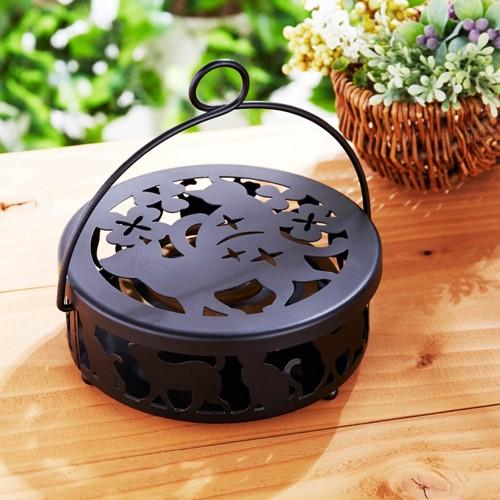 木目テーブルの上の蚊取り線香ホルダー
