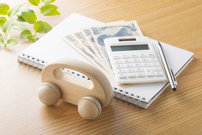電卓とお金の写真