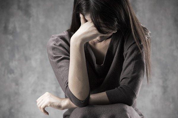 194089602 悩む女性の写真