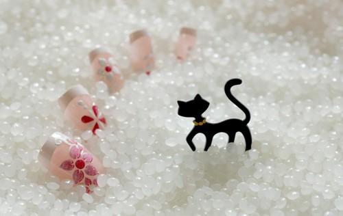 猫の置物とネイルチップ