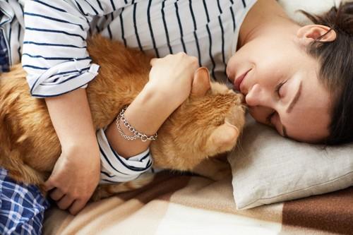 猫と一緒にくつろぐ女性