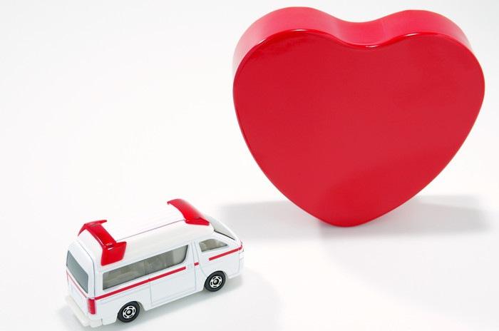 救急車とハートの模型