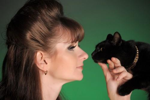 女性に鼻チューする猫