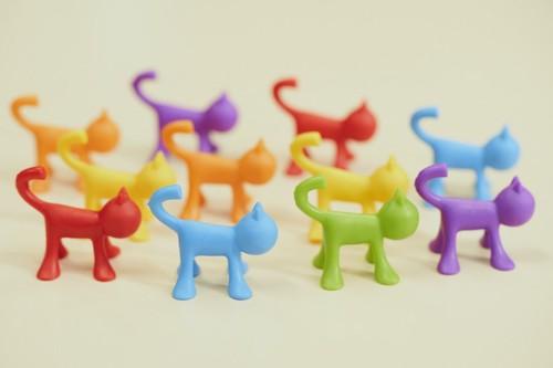 カラフルな猫のオブジェ