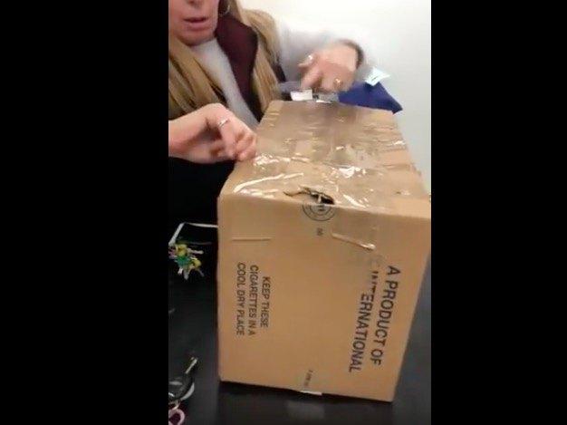 箱を開ける女性