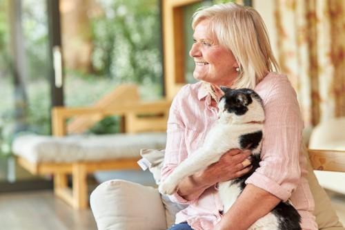 猫を抱くシニア女性