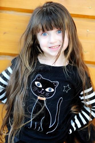 猫モチーフの服を着た女の子