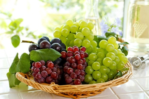 カゴに盛られた葡萄数種類