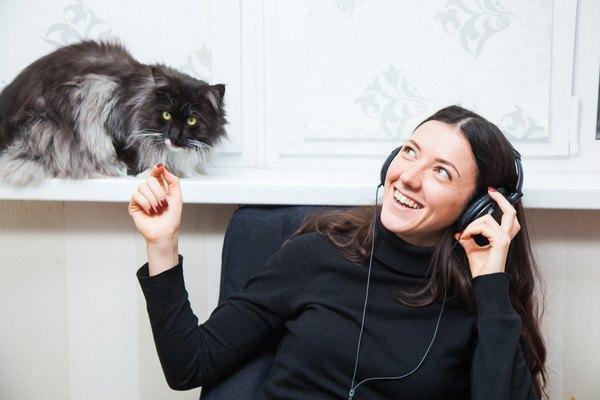 音楽をきく女性と猫