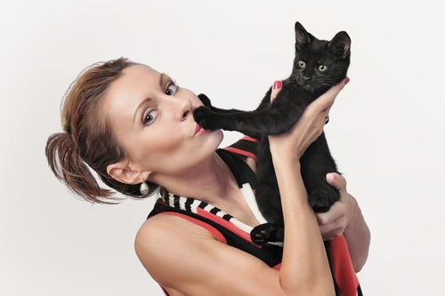 女性に抱っこされるのを嫌がる猫
